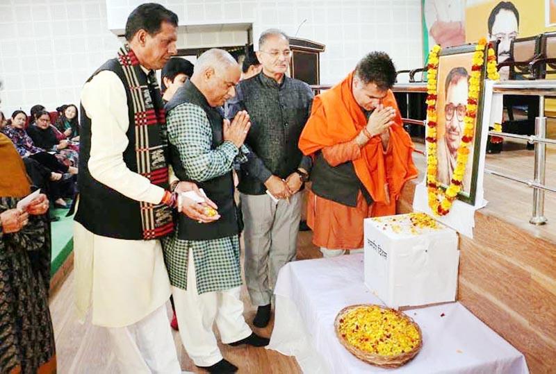 BJP J&K President Ravinder Raina, General Secretary (Org) Ashok Kaul, former Deputy CM Kavinder Gupta and others paying tributes to Late Pt Deen Dayal Upadhayay on his death anniversary at Jammu on Tuesday.