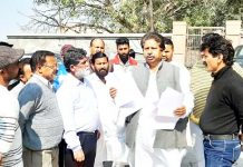 Cong leader Raman Bhalla interacting with people in Bahu Fort area of Jammu.
