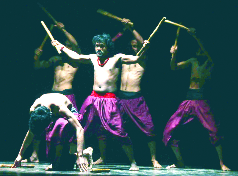 A scene from Hindi play Andha Yug staged at Abhinav Theatre on Tuesday. Excelsior/Rakesh