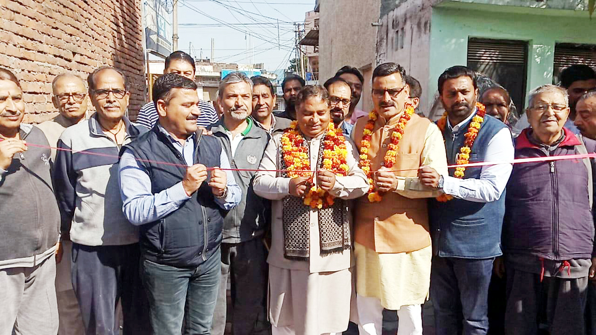 Former Minister, Sat Sharma inaugurating newly constructed lanes in Ward 41 alongwith Corporator Sanjay Baru on Monday.
