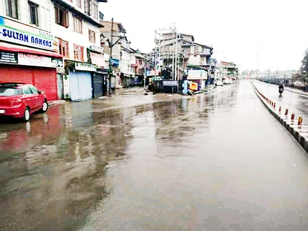 Deserted Dalgate area in Srinagar on Friday.(UNI)
