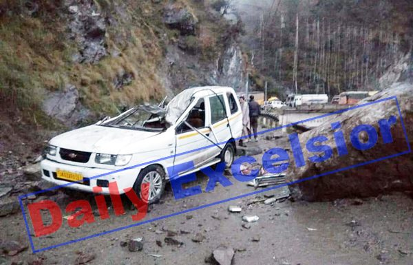 A Tavera vehicle damaged due to fall of boulder near Ramban on Saturday. —Excelsior/Parvaiz Mir