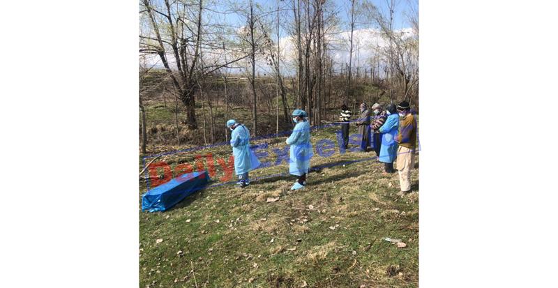 Coronavirus victim being buried on Sunday. — Excelsior/Aabid Nabi