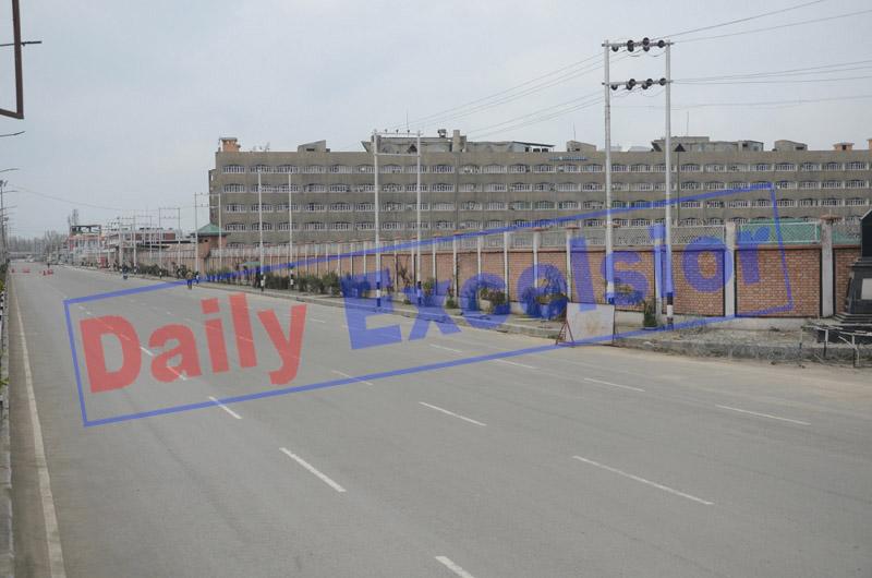 A deserted street during lockdown in Srinagar on Monday. —Excelsior/Shakeel