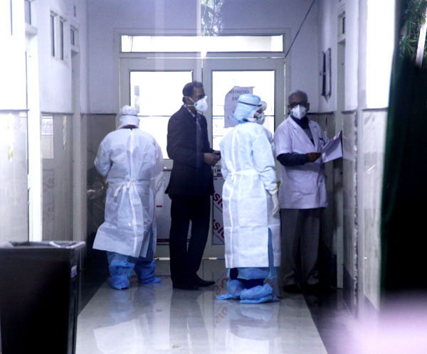 Doctors wearing protecting gear in Isolation Ward of GMCH Jammu on Saturday. Another pic on page 4. —Excelsior/Rakesh