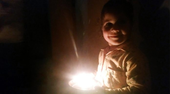 A kid lights a 'Diya' in response to Prime Minister Narendra Modi's call in Reasi at 9 pm on Sunday. — Excelsior/Romesh Mengi