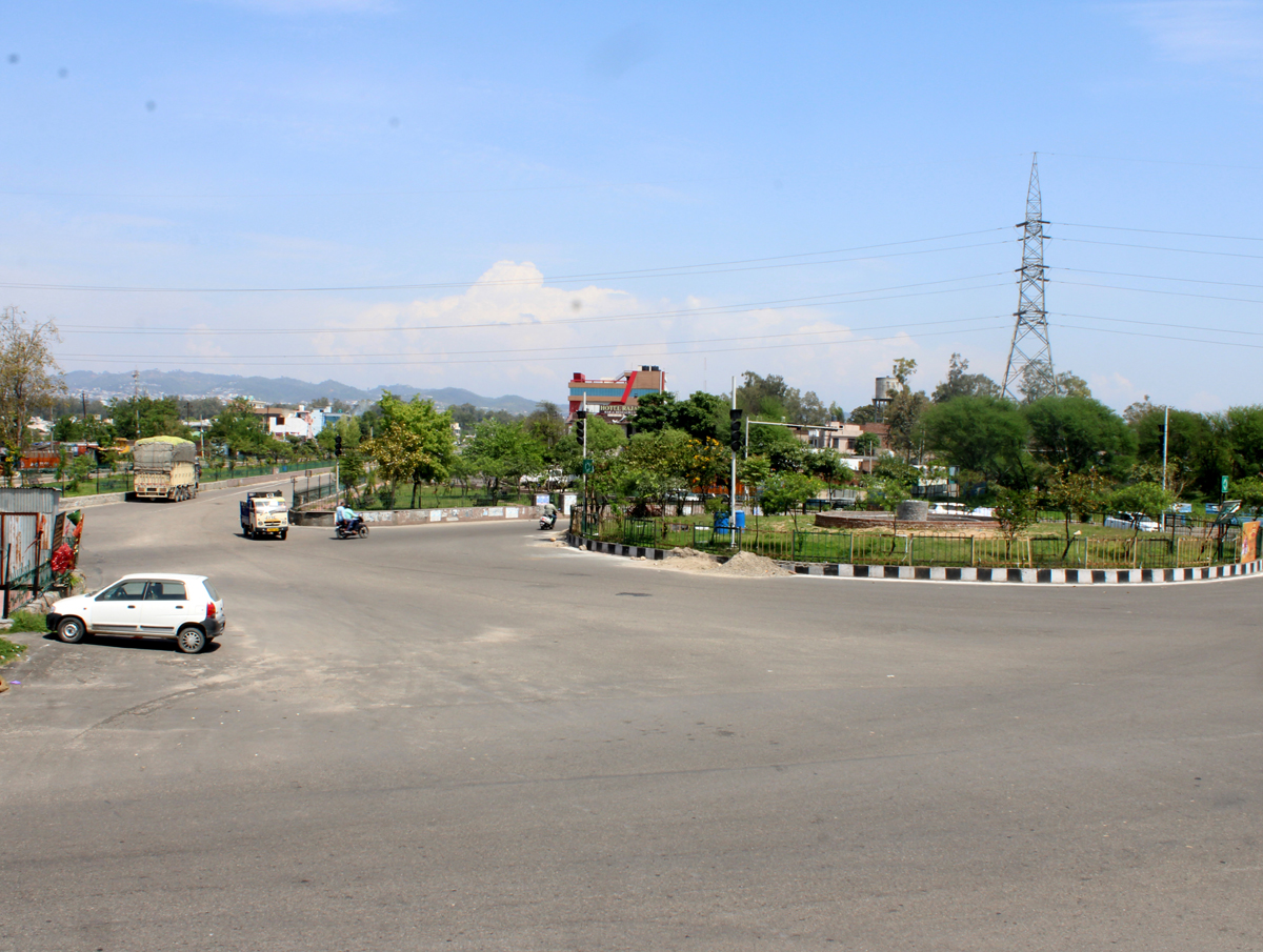 Deserted roads of Jammu due to continued lockdown on Sunday. —Excelsior/Rakesh