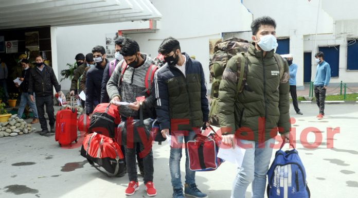 Quarantined people from various districts of Kashmir coming out of a hotel in Srinagar on Tuesday. -Excelsior/Shakeel