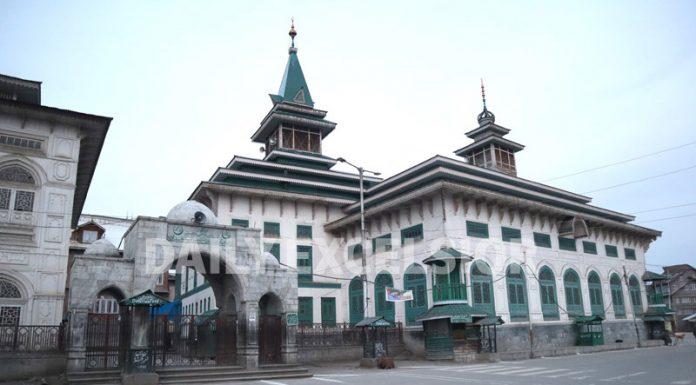 Deserted view of Dastageer sahab shrine in Srinagar on Friday. -Excelsior/Shakeel