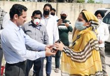 DDC Kathua distributing immunity booster Ayurvedic medicines among the inmates of Quarantine Centers in Kathua.