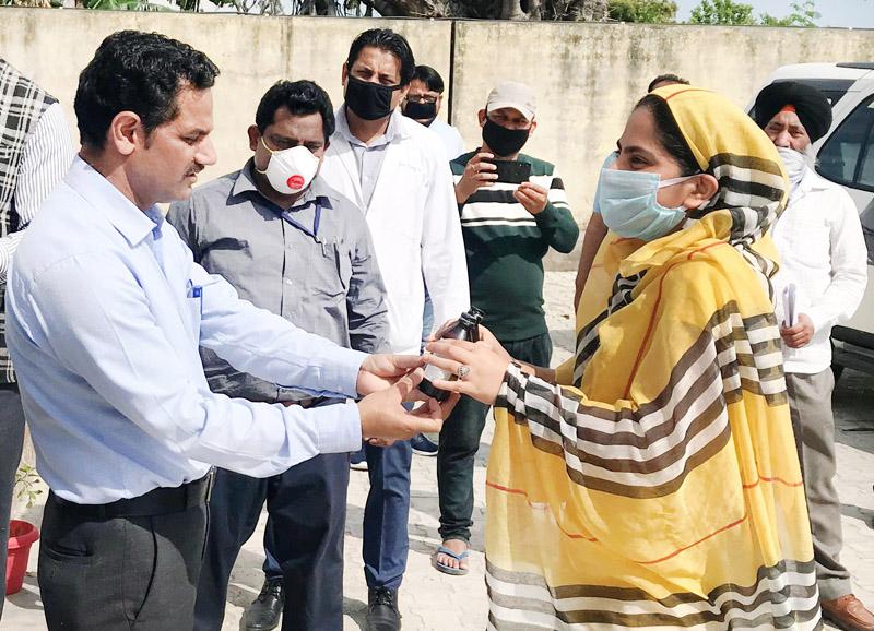 DDC Kathua distributing immunity booster Ayurvedic medicines among the inmates of Quarantine Centers in Kathua.