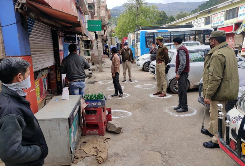 Police personnel ensuring social distancing in Udhampur on Tuesday. —Excelsior/Pawan Gupta