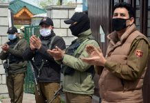 Policemen applauded the group of citizens who completed their quarantine and were set free by the authorities from a hotel in Srinagar on Tuesday. —Excelsior/Shakeel