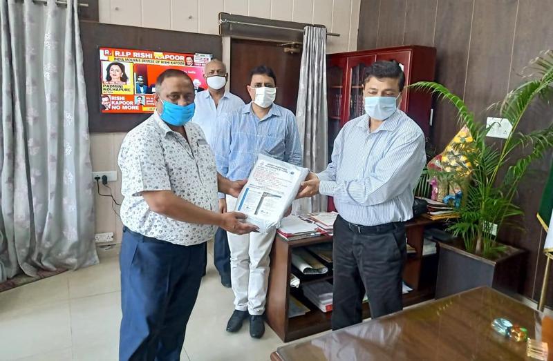 Office bearer of Bari Brahmana Industries Association (BBIA) handing over donation to DC Samba, Rohit Khajuria.