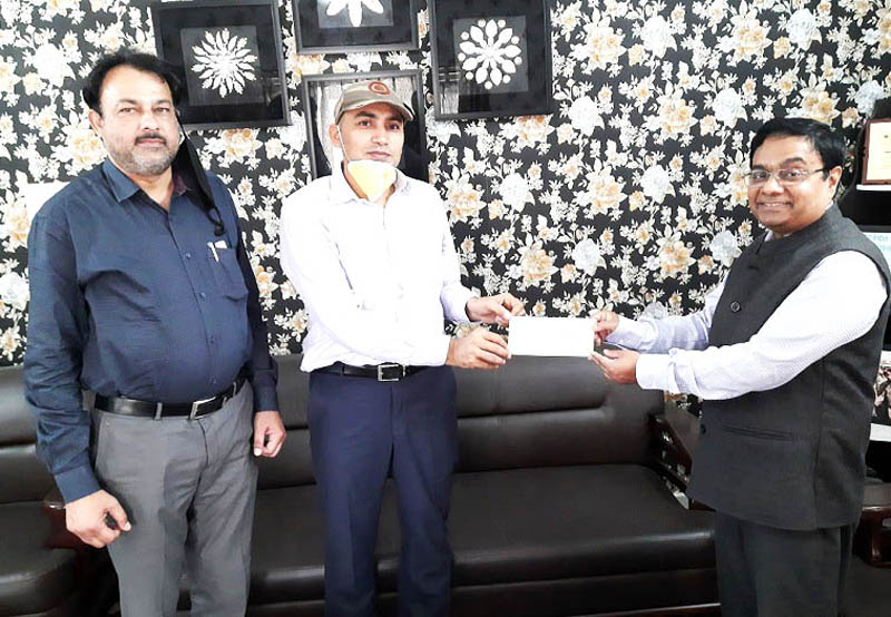 MD Sidco presenting donation cheque to Industries Secretary.