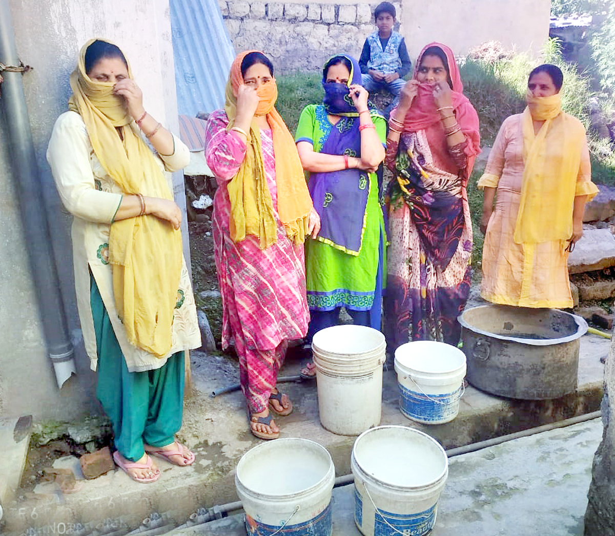 People from Choki in Mendhar lodge protest with empty pots. -Excelsior/Rahi Kapoor