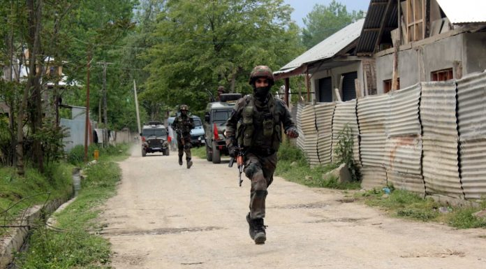 Troops rush to the site of encounter at village Beighpora in Pulwama district on Wednesday. —Excelsior/Younis Khaliq