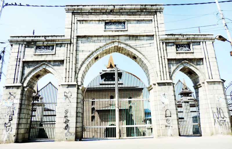 Main gate of historic Jamia Masjid at Nowhatta in downtown Srinagar closed as no Friday prayers were allowed amid strict lockdown on Friday.(UNI)