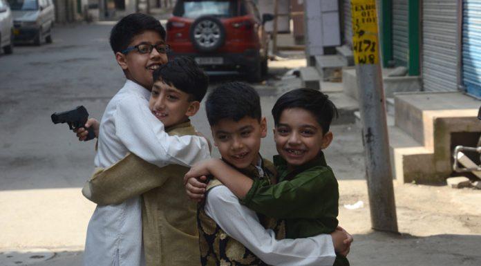 Children hug each other on Eid-ul-Fitr amid lockdown in Srinagar. — Excelsior/Shakeel