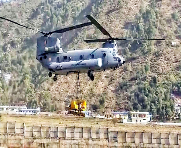 Glimpses of IAF Chinook Ch-4/F(1) undertaking high altitude operations in Siachen on Wednesday. (UNI)