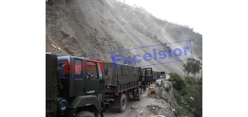Army convoy stranded on highway at Ramban after landslides on Thursday. —Excelsior/Parvez Mir