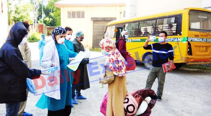 covid patients being discharged from JLNM Hospital Srinagar on Friday. -Excelsior/ Shakeel
