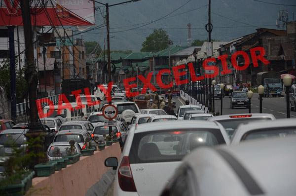 Heavy rush of traffic in Srinagar on Monday. -Excelsior/Shakeel