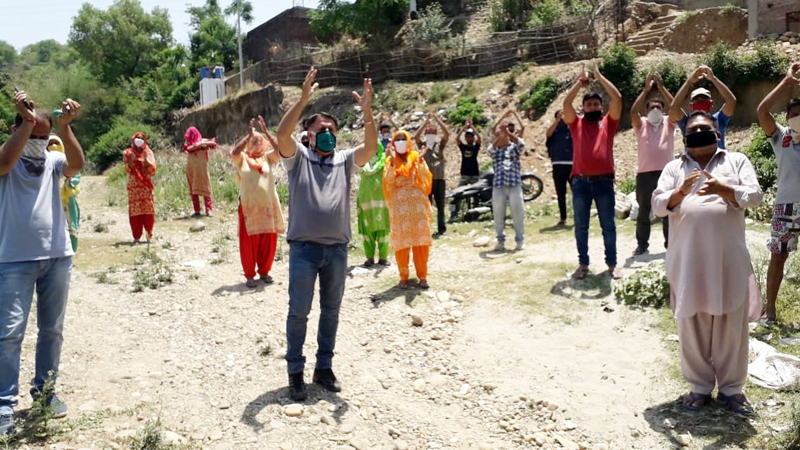 Dansala Mandi residents of Samba district protesting against water scarcity on Tuesday. -Excelsior/Badyal
