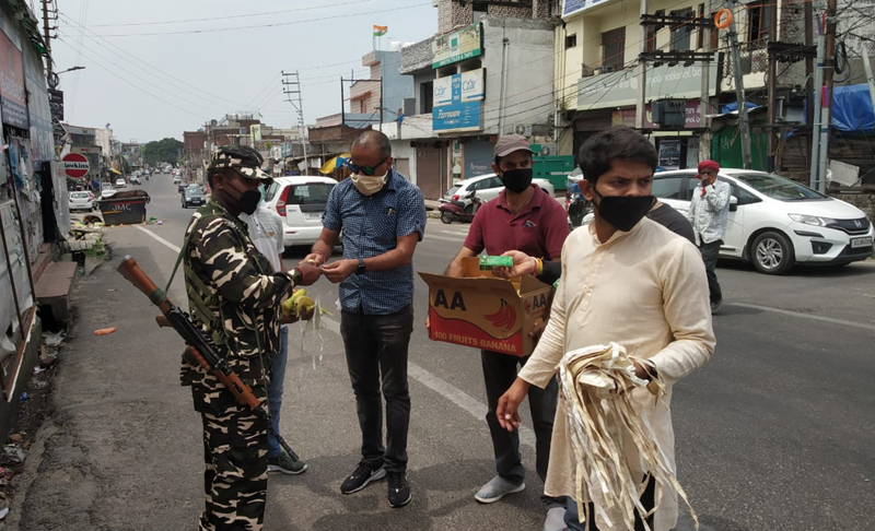 Vivekananda Kendra workers distributing goods among COVID-19 saviours at Jammu.