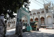 Police men stand guard outside a mosque in Jammu. —Excelsior/Rakesh