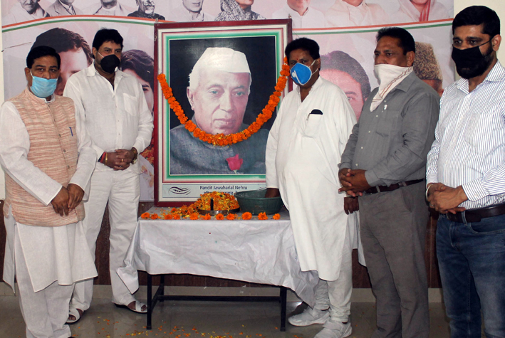 Senior Cong leaders Raman Bhalla, Yogesh Sawhney and others paying tributes to Pt JL Nehru on his death anniversary in Jammu on Wednesday.