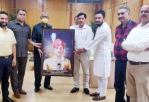 The representatives of Shree Amar Kshatriya Rajput Sabha presenting photo frame of Maharaja Hari Singh to RK Chhibber, Chairman of J&K Bank in his office in Jammu.