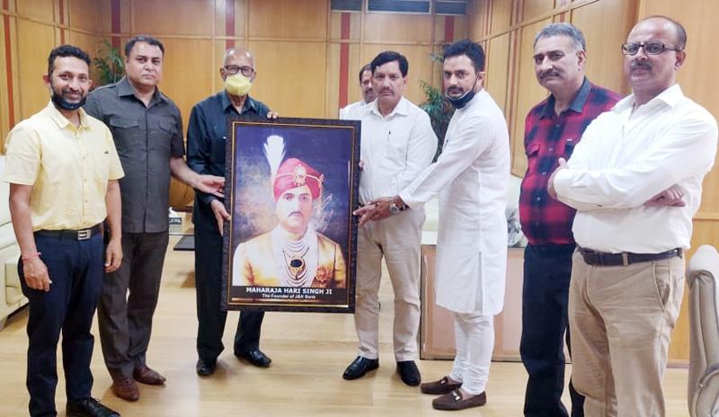 The representatives of Shree Amar Kshatriya Rajput Sabha presenting photo frame of Maharaja Hari Singh to RK Chhibber, Chairman of J&K Bank in his office in Jammu.