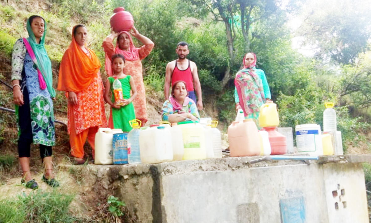 Residents fetching drinking water from a tank. -Excelsior/Rafi Choudhary