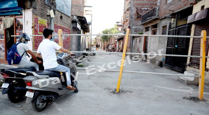 An area in Srinagar sealed after being declared as Red Zone on Thursday. —Excelsior/Shakeel