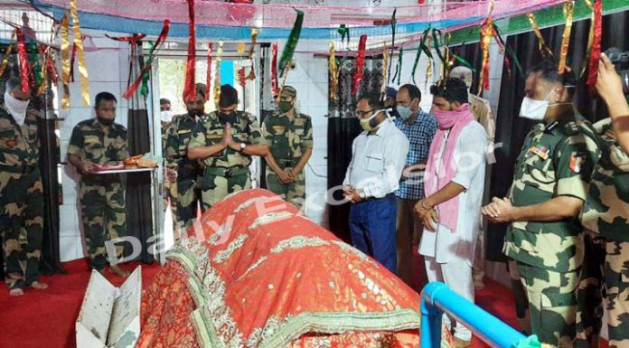 BSF personnel and some civilians pray at Baba Chamliyal shrine in Ramgarh on Thursday. —Excelsior/Gautam