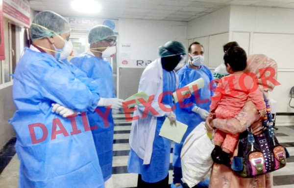 Corona patients being discharged from JLNM Hospital in Srinagar on Friday. —Excelsior/Shakeel