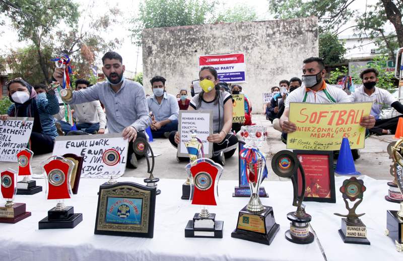 Physical Education Teachers appointed under Rehber-e-Khel policy auctioning their medals at Exhibition Ground near Press Club Jammu. -Excelsior/Rakesh