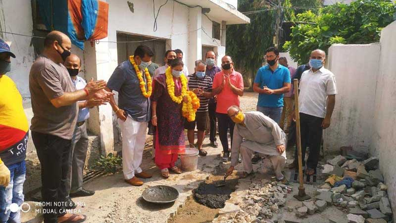 Corporator Vijay Choudhary along with Former Mayor of JMC Manmohan Singh starting construction work of lanes and drains.
