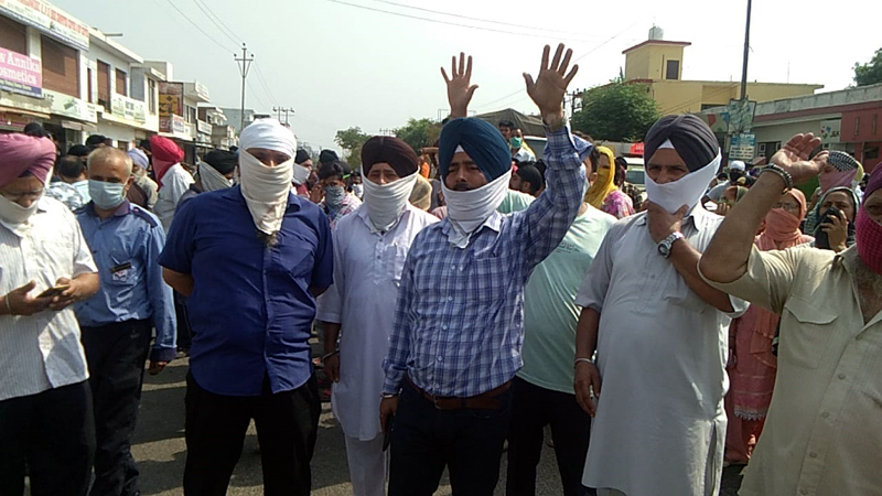 Gadigarh residents protesting against frequent power cuts.
