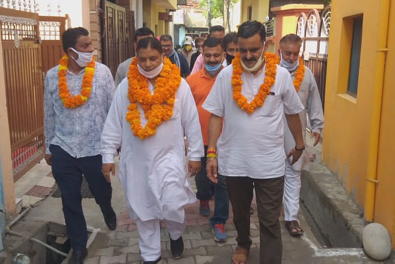 Former Minister, Sat Sharma inspecting newly constructed lane in Anand Vihar area of Ward No. 41.