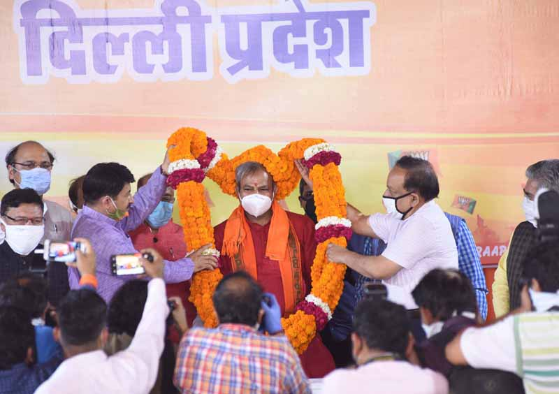 Newly appointed Delhi BJP President Adarsh Gupta being facilitated by Union Health and Family Welfare Minister Dr Harsh Vardhan and outgoing President Manoj Tiwari at a function at party headquarters, in New Delhi on Friday. (UNI )