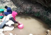 Basholi villagers forced to drink contaminated water of a spring. —Excelsior/Pardeep