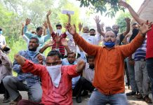 PDD casual labourers staging protest demonstration near Press Club in Jammu on Wednesday. —Excelsior/ Rakesh