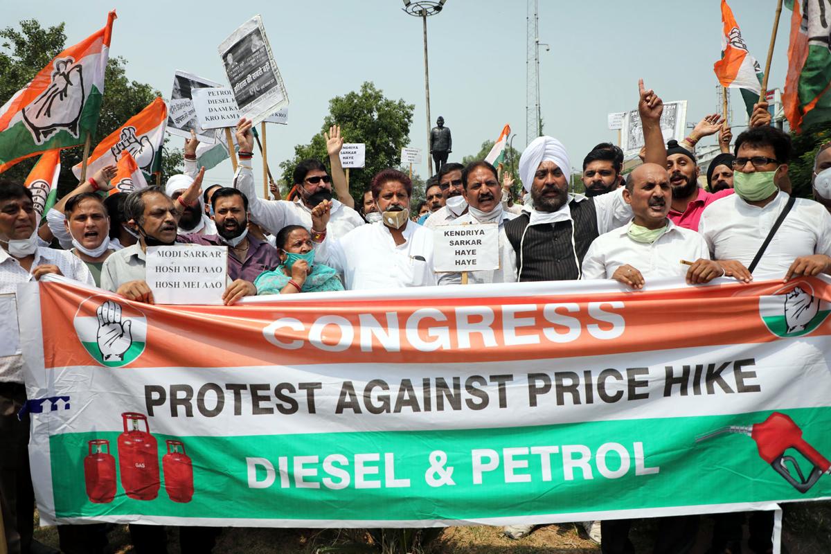 Cong protesting against Modi Govt in Jammu on Wednesday. — Excelsior/Rakesh