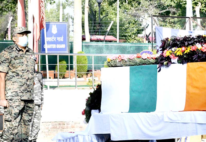 Special Director General of CRPF Zulfiqar Hassan paying rich tributes to CRPF jawan during a wreath-laying ceremony at CRPF Regimental Centre Humhama on Thursday(UNI)