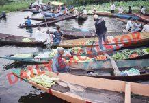 Floating vegetable market on the banks of Dal lake in Srinagar on Thursday. —Excelsior/Shakeel