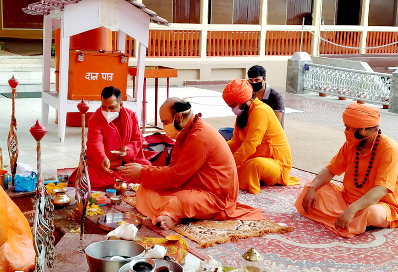Chhari Mubarak of Shri Amarnathji Pujan being performed at Shri Sharika Bhawani Temple Srinagar on Tuesday. -Excelsior/Shakeel