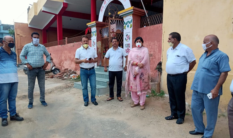 JMC Mayor, Chander Mohan Gupta, Dy Mayor, Purnima Sharma and others during a visit to Channi Himmat.