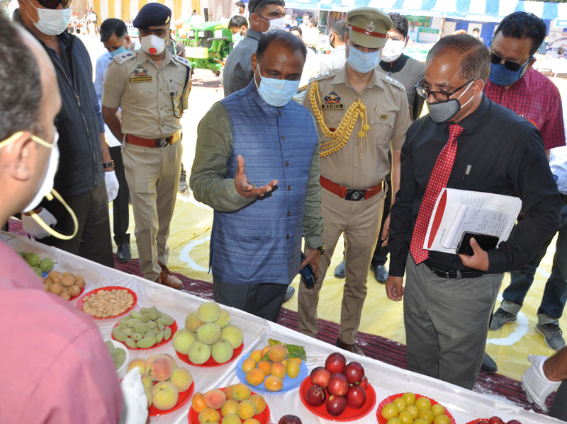 Lt Governor inspecting stalls during Kisan Mela-cum-Awareness Camp at Pulwama.
